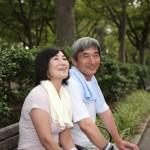 休憩する老夫婦
